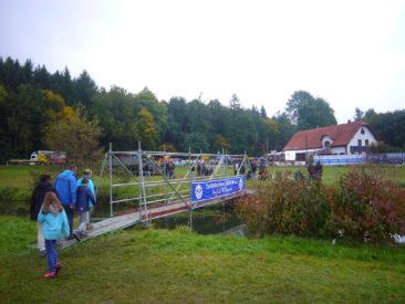Még hidat is építettek a nézőknek